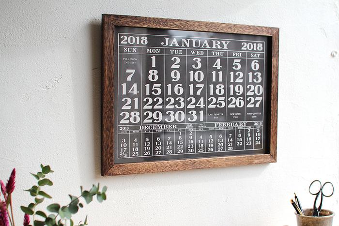 こちらは月ごとに変えていくポスタータイプのカレンダー。 ビンテージのカレンダーからインスピレーションを受けたという男前デザインです。 オリジナルのウッドフレームも風格がありますね。