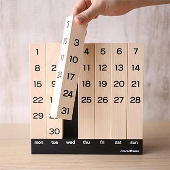 木のぬくもりを感じられる木製の万年カレンダーは、味わい深く長く大切に使いたくなるデザインです。 スティックをくるっと回すことによって、日付を合わせます。