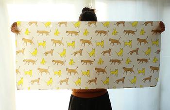 用意するものは好きな色や柄の布1枚。たったこれだけ。縦50cm×横105cmで用意しましょう。