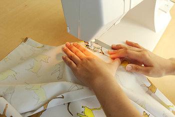 アイロンで折り目をつけると縫いやすくなるそうです。ミシンが苦手な方はゆっくり進めていきましょう。