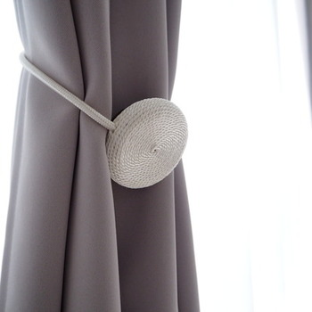 採光のためにまとめておきたいカーテン。カーテンタッセルは、フックがなくても使える機能性のあるマグネットタイプが使い勝手抜群。