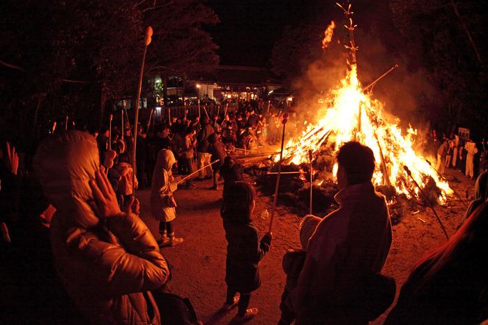 上新田天神社では、元旦には歳旦祭、1月4日には初稲荷祭、1月14日には重要無形文化財に指定されている大阪とんど祭りが行われ、大晦日から新年にかけて賑わいます。特に、ゆらめく炎と闇夜が織りなす幻想的な雰囲気が漂う大阪とんど祭りは大勢の参拝者によるみなぎる活気で賑わいます。