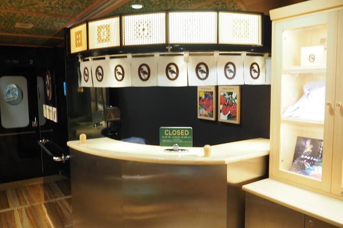 やませみにあるサービスコーナーでは、「ひまわり亭」の『球磨の四季彩弁当と郷土料理つぼん汁セット』など弁当を販売しています。その他に人吉の洋菓子店「ポエム」の『くまのスイーツボックス』や「開kai」の「くまの宝箱セット」など、地元のお店とコラボした車内限定のグルメも味わえますよ♪
