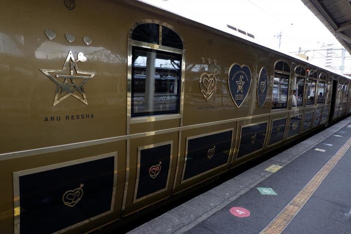 キラキラとした金と黒を基調とした列車は、正面にある唐草模様が印象的。原信太郎さんが作った或る列車の模型を元に工業デザイナー・水戸岡鋭治さんがデザインと設計を担当しました。星やハートなどロマンチックで可愛らしいデザインが施されています♪