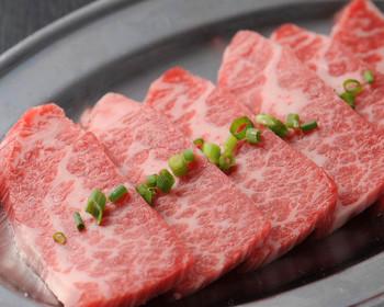 松阪牛カルビ盛の焼肉ランチを楽しみましょう。 ランチの内容は、松阪牛カルビ盛(1人前約130g)・ナムル三種・松阪牛お肉入りカレー・サラダバー・ソフトドリンクバーと盛り沢山♪