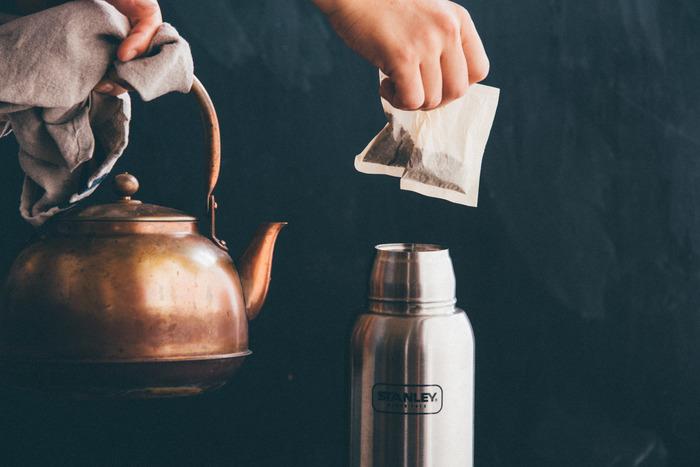 寝る前に飲むと、リラックス効果のあるおすすめハーブティーをご紹介します。カップにそのまま作ってもいいですが、小さいものでいいので保温性能のあるボトルに作っておくと、いつまでもあたたかいお茶が飲めておすすめです。