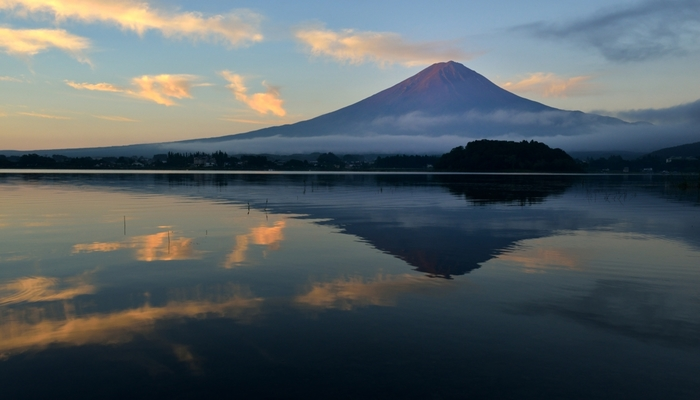 五湖の最北に位置し、湖岸線が1番長く水面の標高が1番低い湖、河口湖(かわぐちこ)。富士五湖のうち最も早く観光開発されました。遊覧船、カチカチ山ロープウェイ、東岸には温泉街があり旅行の拠点としても便利。湖面に映る富士山「逆さ富士」も魅力です。