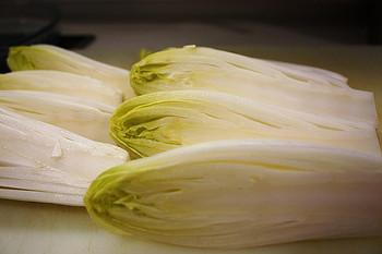 アンディーブは英語ではチコリと呼ばれ、フランスでは料理にとてもよく登場する野菜です。白菜の芯のようですが、苦味があって、火を通しても歯ごたえがあります。