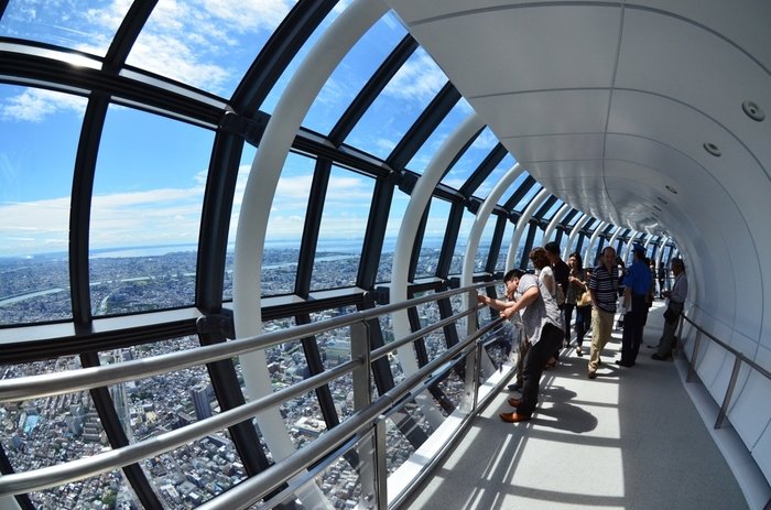 ■ 天望回廊 「天望デッキ」から更にエレベーターで上ると「天望回廊」に到着です。空中を散歩しているような感覚を味わえる、チューブ型のガラス張り回廊をぐるりと回って、タワーで最も高いフロア450(地上450m)に到達します。構造が美しい回廊です。