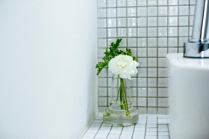 殺風景になりがちな洗面台にもお花があるとうれしい。冷たい印象になりがちなタイルに、潤いと柔らかさを与えてくれます。白×グリーンで、ナチュラルかつクリーンにまとめるのがポイント。