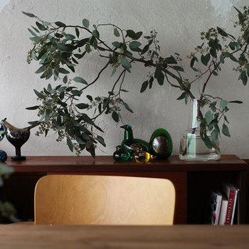 24cmサイズは安定感抜群なので、こんな風に左右に広がるような枝物もバランス良く美しく生けることができます。お気に入りの動物のオブジェも森に迷いこんでしまったみたいで可愛い。壁面が少しさみしく感じられるようなときは、ぜひ参考にしてみてくださいね。