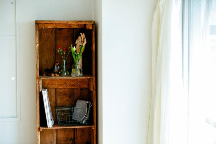 お気に入りのオブジェを飾っているシェルフに並べても素敵。生きた花が隣にくることで、大好きなオブジェもまた違った表情を見せてくれます。アンティークな雰囲気のシェルフとフローラの相性もバッチリですね。