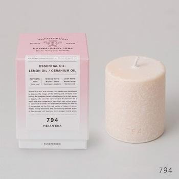 例えばこちらのジャスミンやバイオレットリーフから作られた「平安」は、桜に包まれるようなやわらかな香りの後にやさしく漂うアンバー、ムスクの香りが、平安貴族たちの雅な世界を連想させる、そんなおだやかで気品のある香りが特徴です。