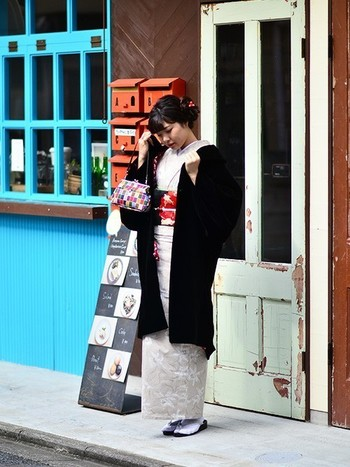 一人でフラっとおでかけにも着物が素敵です。 白と黒をメインに、赤やなどの原色を散りばめて。