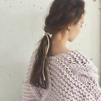 タートルやハイネックなどのデザイン。ざっくりとしたニットなどをコーデに取り入れる時は、髪の毛をまとめる事で洋服の魅力を引き立てる事ができます。