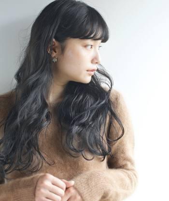 女性らしさが引き立つロングヘアーは、セーターやモヘアなどのニットアイテムとの相性が抜群です。