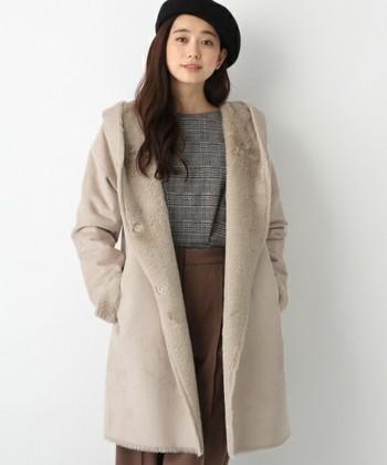 ゆるふわなロングヘア―は、ベージュやブラウンなど、優しいトーンのアイテムと相性が良いので、デートなどの女性としての印象を上げたい時にピッタリです。冬アイテムのムートンやファー素材を使えば、柔らかな雰囲気が出ます。