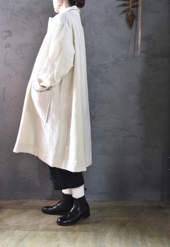 140年の歴史があるイギリスのシューズメーカー「サンダース」のチェルシーブーツ。シルエットがすっきりしているので、パンツはもちろんスカートやワンピースにも合わせやすい靴です。