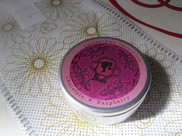 コスメのようなデザインの缶は、あめやえいたろうの「キャラメルあめ」。江戸時代から続く老舗飴店から「女の子を美しく彩るあめ」として誕生し、お店は、銀座三越と新宿伊勢丹の2店舗。女子なら思わず手にとってみたくなるパッケージです。