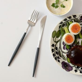"""ブラックとシルバーの組み合わせの""""GOA""""シリーズは、洗練されたデザインでおもてなしのテーブルを飾るのはもちろん、日々の食卓にもなじむ気軽さもあわせもち、北欧調のシンプル&ナチュラルな食器ともよく合います。"""