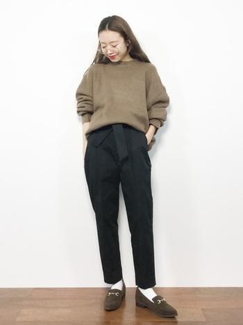 ベーシックなデザインのセーターやパンツで揃えたマニッシュなスタイルと女性的なロングヘア―。対照的な組み合わせが、シンプルな中にもセンスの良い絶妙バランスなコーデに仕上がっています。