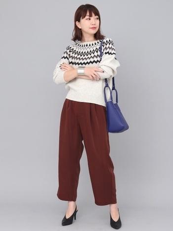 秋冬コーデの季節感が出るノルディック柄のセーターにトレンドのベロアパンツ。ボブスタイルの髪型は、最旬のファッションアイテムでオシャレを思いっきり楽しむのがコツです。