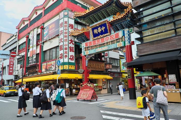 このなんとも言えない猥雑感が、横浜中華街の魅力です。豚まん、月餅、小籠包など食べ歩くのも◎オリエンタルな中華雑貨やパンダグッズも充実しています。