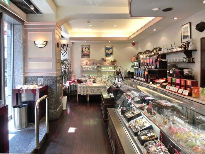 1999年3月のオープン以来、全国のチョコレートファンの間で「チョコレートのミュージアム」と呼ばれている「テオブロマ」。日本で数少ない手作りチョコレートの専門店です。ショーケースには、たくさんのチョコレートが並んでいて、どれにしようか迷ってしまいます。