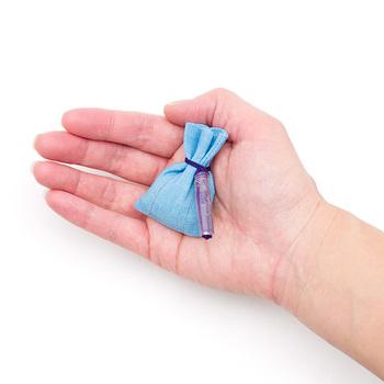 袋の生地は手績み手織り麻が使用され「音羽の滝 (おとわのたき)」は水色(画像)や「祇園の舞妓 (ぎおんのまいこ)」は黄色など、それぞれの香からイメージする色に丁寧に染め上げられています。