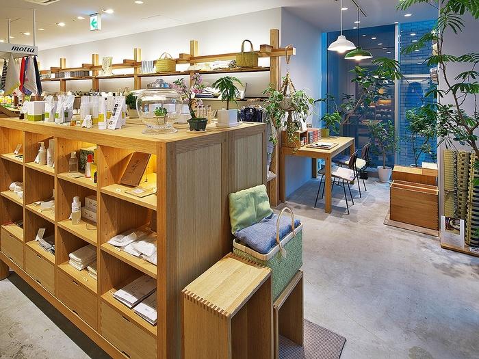 奈良県で享保元年(1716年)に創業した中川政七商店は、手績み手織りの麻織物を扱うお店からラインナップを広げ、現在は生活雑貨や文房具、ファッションアイテムなど幅広いアイテムを扱っています。  その他、素朴で懐かしいお菓子も取り扱っているのでお店をのぞいてみては?