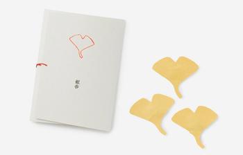 例えばこちらの銀杏を象った文香は、季節感あふれる銀杏の形や黄色の微妙な色合いなど、上質な風合いが楽しめます。そして和紙を使用した外装のたとう紙は、文香を使い終わったあとは小物入れにするなど、そんな使い方もできるので、手紙を出した相手だけでなく自分もいつまでも想い出として手元に残しておけます。