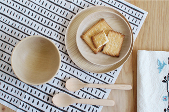 長く使い込むうちに経年変化によって味わいを増す自然素材の風合いを、ぜひ食卓に取り入れてみませんか?