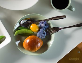"""フィンランドの人々の生活に欠かせないベーシックな日用品「HACKMAN(ハックマン)」の""""サボニア カトラリー""""。海外のカトラリーのわりにサイズが小ぶりなため、日本の食卓になじみやすいといわれます。"""