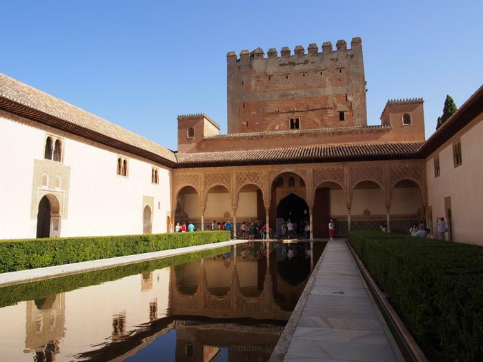 アルハンブラ宮殿はバルセロナから、最寄りの空港、グラナダ空港まで1時間強、グラナダ市内からバスで約10分ほどのところにある南スペイン屈指の観光スポットです。今までご紹介してきた宮殿とは異なり、こちらはイスラム建築の最高傑作といわれています。