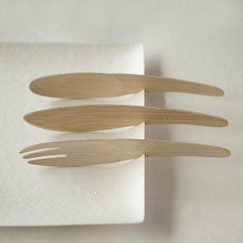環境に優しい紙の器「WASARA(ワサラ)」の竹製カトラリー。無農薬の自生の竹を使った安心な製品。なだらかな曲線が美しく、パーティーやピクニックなどでも活躍してくれます。WASARAのお皿と合わせて使うと、写真のようにお皿のスリットにカトラリーがはまり、使いやすいのも魅力です。
