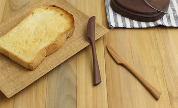 こちらは、同じく川端氏による手彫りのバターナイフ。柄はゆるやかな曲線を描き、手になじみやすく、刃先は適度なエッジがあってバターを切りやすくしています、