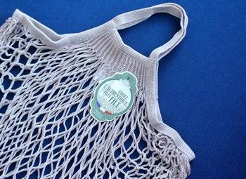マルシェバッグ(お買い物バッグ)として人気のネットバッグは、カラフルで素材もさまざまなタイプがありますよね。お買い物以外にも、重過ぎないものを入れて壁にかければ便利な収納アイテムに。
