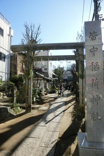 別名「的中神社」と呼ばれる「皆中稲荷神社は、勝運開運招福、宝くじ当選祈願のパワースポットとして知られています。こちらでも、しっかり参拝を!