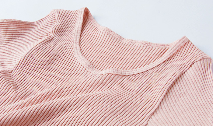 こちらは、ショーツとおそろいのリブカラー半袖シャツ。日本の高い縫製技術で、優しく身体にフィットする快適な着心地を実現しています。天然染めの上品な色合いは下着感がなく、おしゃれな雰囲気。保温性にも優れています。タンクトップやカップ付きキャミソールもあります。