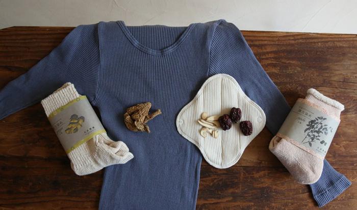 こちらは、同じく漢方染めのリブ8分袖シャツ。漢方染めシリーズには、リブロングパンツもあります。心も身体もあたたかく守ってくれる、これからの季節におすすめの肌着です。