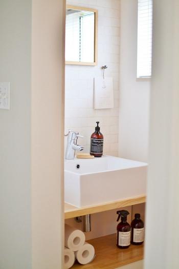 トイレや洗面所に限らず、インテリアは色や素材に規則性があるだけで、おしゃれな印象に見えますよね。ちょっぴり上級者向けですが、道具いらずの収納方法です。