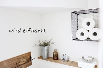 そのボックスを壁に取り付ければ、おしゃれなトイレットペーパーの収納棚に♪メッシュボックスは軽いので壁にも取り付けやすいですね。