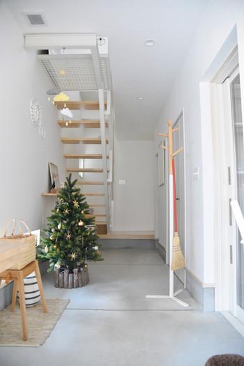 11月下旬頃になると、いよいよツリーの出番ですね。【めがねとかもめと北欧暮らし。】さんの玄関には、綺麗にデコレーションしたクリスマスツリーが飾られています。ツリーの周りを彩るガーランドやリースなど、おしゃれなインテリアもさっそく真似したくなります。