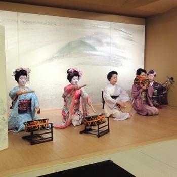 向島は、浮世絵や芝居の舞台ともなった伝統ある花街です。一見さんお断りの老舗料亭「櫻茶ヤ」で、芸者踊りを体験できる贅沢なツアー。