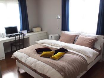 こちらも同じベッドルームですが、ブラウンの布を使うことで、まったく違った雰囲気になっています。布に合わせて枕カバーやクッションの色を変えてみるのもいいかも♪