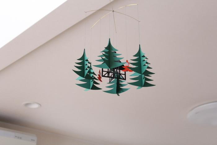 リビングの天井に飾られているのは、「FLENSTED MOBILES(フレンステッド モビール)」のXmas Forrest。ゆらゆら揺れる可愛らしい2人の妖精が、癒しの空間を演出してくれます。鮮やかなグリーンとレッドの色合いも、クリスマスらしくて素敵ですね。