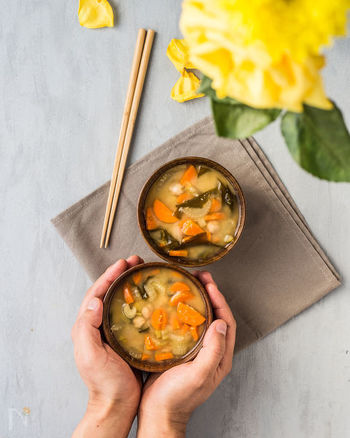 人参は半月にカットして、丸いセロリとひよこ豆との対比をつけるとキュートな雰囲気のお味噌汁に仕上がります。ほくほくとしたお豆のお味噌汁はクセになりますよ。