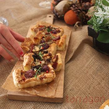 ホームパーティのお洒落な前菜にぴったりの、チキン・葡萄・ブルーチーズのキッシュ。葡萄を合わせるところがとても意外ですが、葡萄のみずみずしい甘酸っぱさが癖のあるチーズの香りによく合います。意外な組み合わせはパーティの話題にもなって話が弾みそうです。
