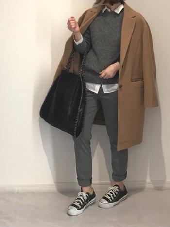 マットなセメントグレーを着るときは、コーデに立体感を出すことが重要です。シャツを使って白を散らし、もっさり感のないマニッシュルックに引っ張って。