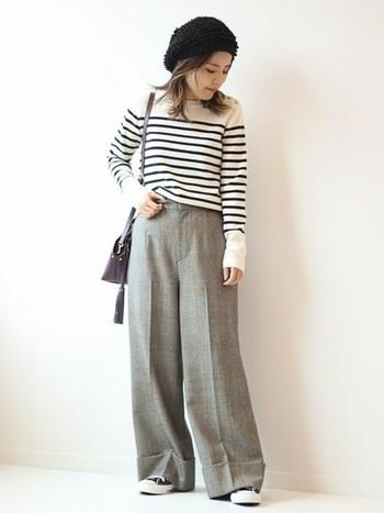 着こなしのカラーバランスを取りやすいモノトーン。黒・白・グレーを基調にすると、柄×柄でも散らかった印象にはなりません。